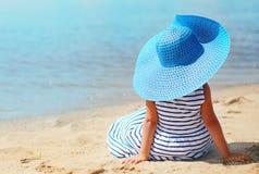 夏天、假期、旅行和人概念-相当小女孩 免版税图库摄影