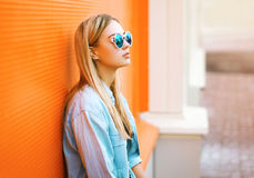 夏天、时尚和人概念-时髦生活方式的画象 免版税库存图片