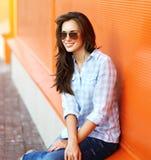 夏天、时尚和人概念-画象现代妇女 免版税图库摄影