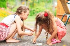 夏天、童年、休闲和人概念-愉快的小的Gir 库存图片
