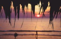 夏天与天际的海滩日落在距离 免版税库存图片