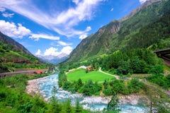 夏天与小河,瑞士的山风景 图库摄影