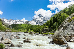 夏天与小粗砺的河的山风景 库存图片