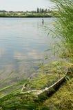 夏天与小船的河风景 免版税图库摄影