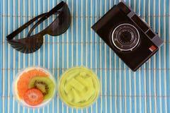 夏天与果冻panna陶砖果子太阳镜的概念背景和在竹子的葡萄酒照相机 库存图片