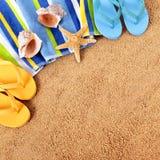 夏天与毛巾的海滩背景,海星和触发器摆正形式 免版税库存照片