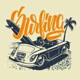 夏天与汽车、棕榈树和字法的海浪印刷品 向量Illustartion 免版税库存照片