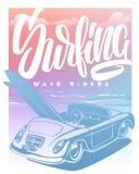 夏天与汽车、棕榈树和字法的海浪印刷品 向量Illustartion 免版税库存图片