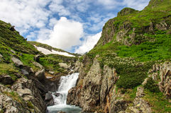 夏天与河和瀑布的山风景 免版税库存照片