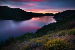 夏天与湖的山风景日落的 免版税库存照片