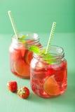 夏天与石灰和薄菏的草莓饮料在瓶子 免版税库存照片