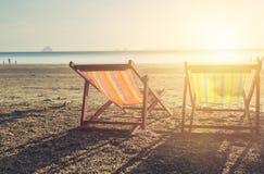 夏天与空的夫妇床旅行的海滩日落 库存图片