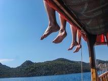 夏天与腿的海滩风景 免版税图库摄影