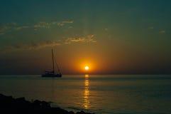 夏天与风船的海日落 免版税图库摄影