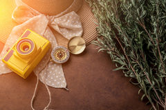 夏天与黄色玩具照相机的旅行概念用妇女帽子麸皮 免版税库存图片