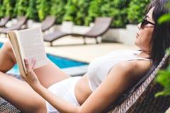 夏天乐趣在假日,愉快美好妇女放松晒日光浴n 免版税库存图片