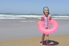 夏天乐趣画象:在海滩的孩子 免版税库存图片