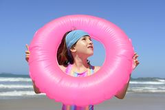 夏天乐趣画象:在海滩的孩子 免版税库存照片