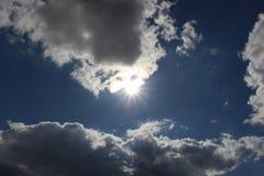 夏天云彩、美丽蓝天和明亮的美好的太阳的自然的风景 库存照片