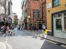 夏天人群漫步伟大的风车街道,伦敦W1 免版税库存照片