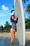 夏天休闲体育活动 有冲浪板的愉快的妇女在Bea 库存图片