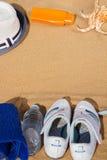 夏天体育概念-在沙子的白色运动鞋 免版税库存图片