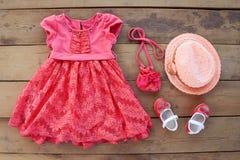 夏天儿童的衣物礼服,钱包,帽子,鞋子 库存照片