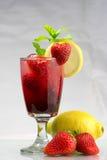 夏天党饮料冷的新鲜的草莓柠檬水 图库摄影