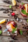 夏天冰了茶点饮料、樱桃可乐柠檬水或者mojito co 库存照片