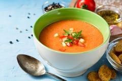 夏天冷的汤gazpacho用荷兰芹和菜在蓝色具体背景 库存图片