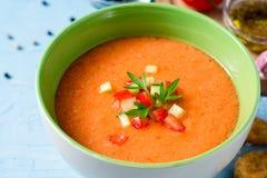 夏天冷的汤gazpacho用荷兰芹和菜在蓝色具体背景 库存照片