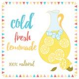 夏天卡片用柠檬水和文本 冷新鲜的柠檬水 柠檬、水罐、冰和字法 免版税库存照片