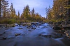 夏天和秋天环境美化与森林,多云天空,河 免版税库存图片
