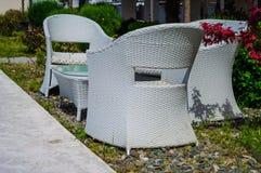 夏天咖啡馆的椅子和表 库存照片