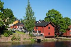 夏天咖啡馆看法在Porvoyoki河岸的在老城市波尔沃 免版税库存图片