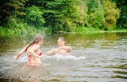 夏天喜悦在水中 免版税库存照片