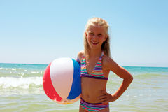 夏天喜悦-享受夏天的女孩 有球的女孩 免版税图库摄影
