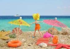 夏天喜悦- polly有口袋女孩的玩偶在海滩的好时间 免版税库存照片