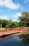 传统日本庭院。 夏天风景 免版税库存图片