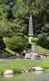 日本庭院在夏天。石传统塔。 免版税图库摄影