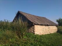 夏天在俄国村庄,老俄国房子,蓝色sky_2 免版税库存照片