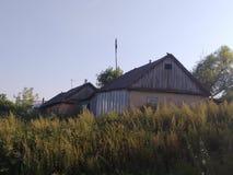 夏天在俄国村庄,老房子 库存照片