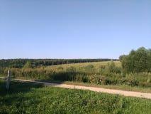 夏天在俄国村庄,领域 免版税库存照片