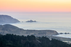 夏天在圣马特奥海岸的阴霾日落 免版税库存图片