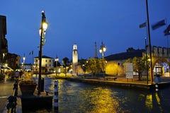 夏天在地中海城市口岸的晚上场面  库存照片