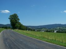 夏天在小山的柏油路 免版税库存照片