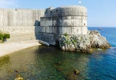 夏天在岩石(杜布罗夫尼克市,克罗地亚)的堡垒视图 库存图片