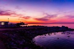 夏天在日落的镇海边 免版税库存照片