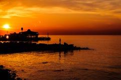 夏天在日落的镇海边 免版税库存图片