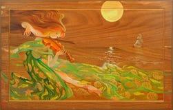 夏天在杜阿尔纳纳 弹小提琴的美丽的女孩画象 在木头的油画 免版税图库摄影
